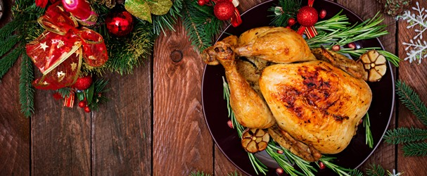 Baked turkey or chicken. The Christmas table is served with a turkey, decorated with bright tinsel and candles. Fried chicken, table. Christmas dinner. Flat lay. Top view (Foto: Getty Images/iStockphoto)