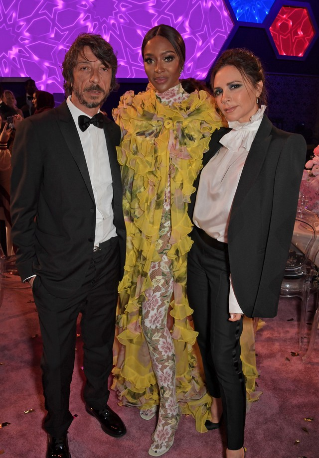 Pierpaolo Piccioli, Naomi Campbell e Victoria Beckham no Prêmio Fashion Trust Arabia (Foto: Getty Images)